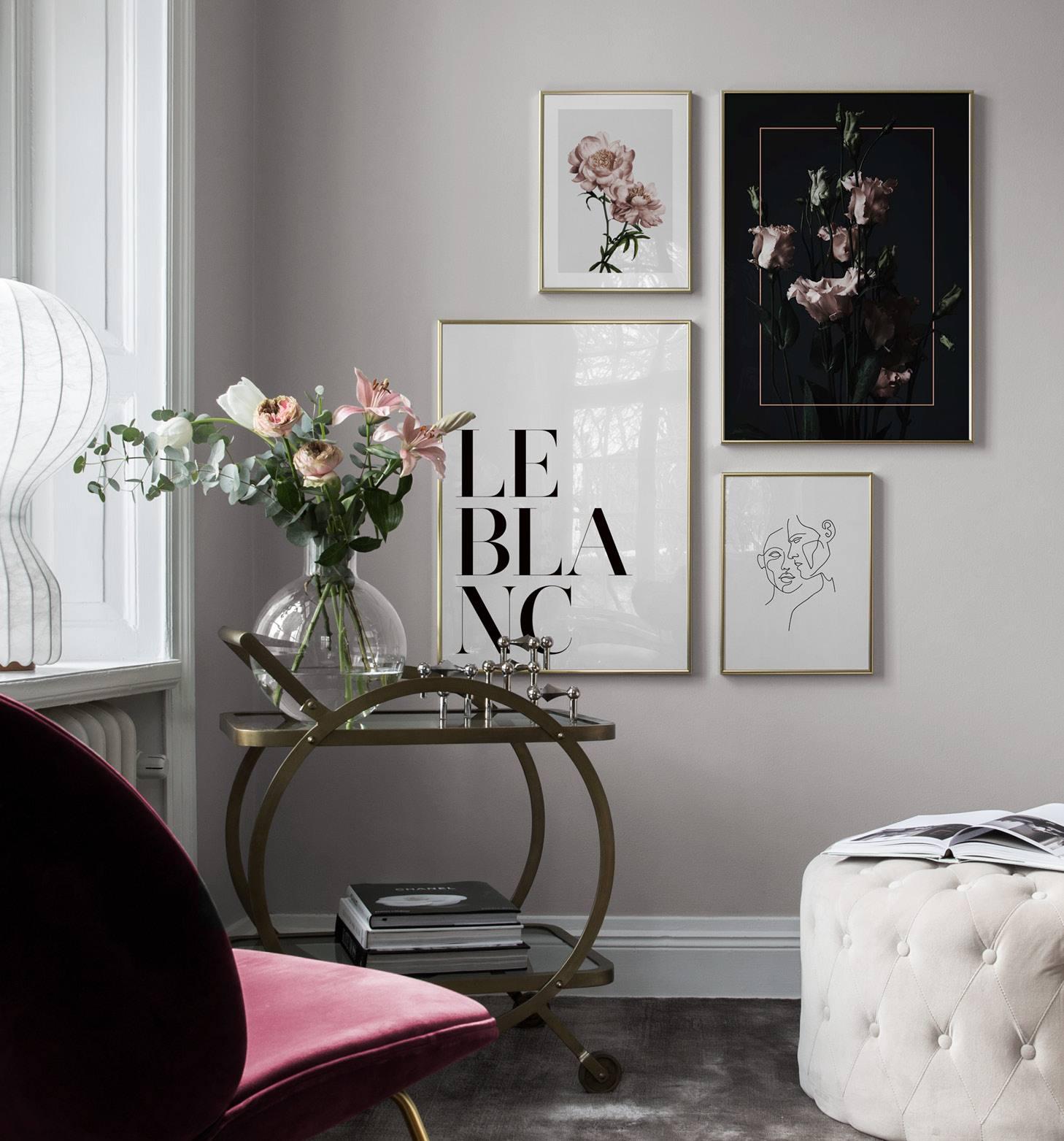 Elegant vardagsrum med ljusrosa blommor
