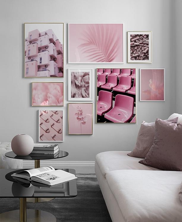 Trendigt vardagsrum med starka rosa färger