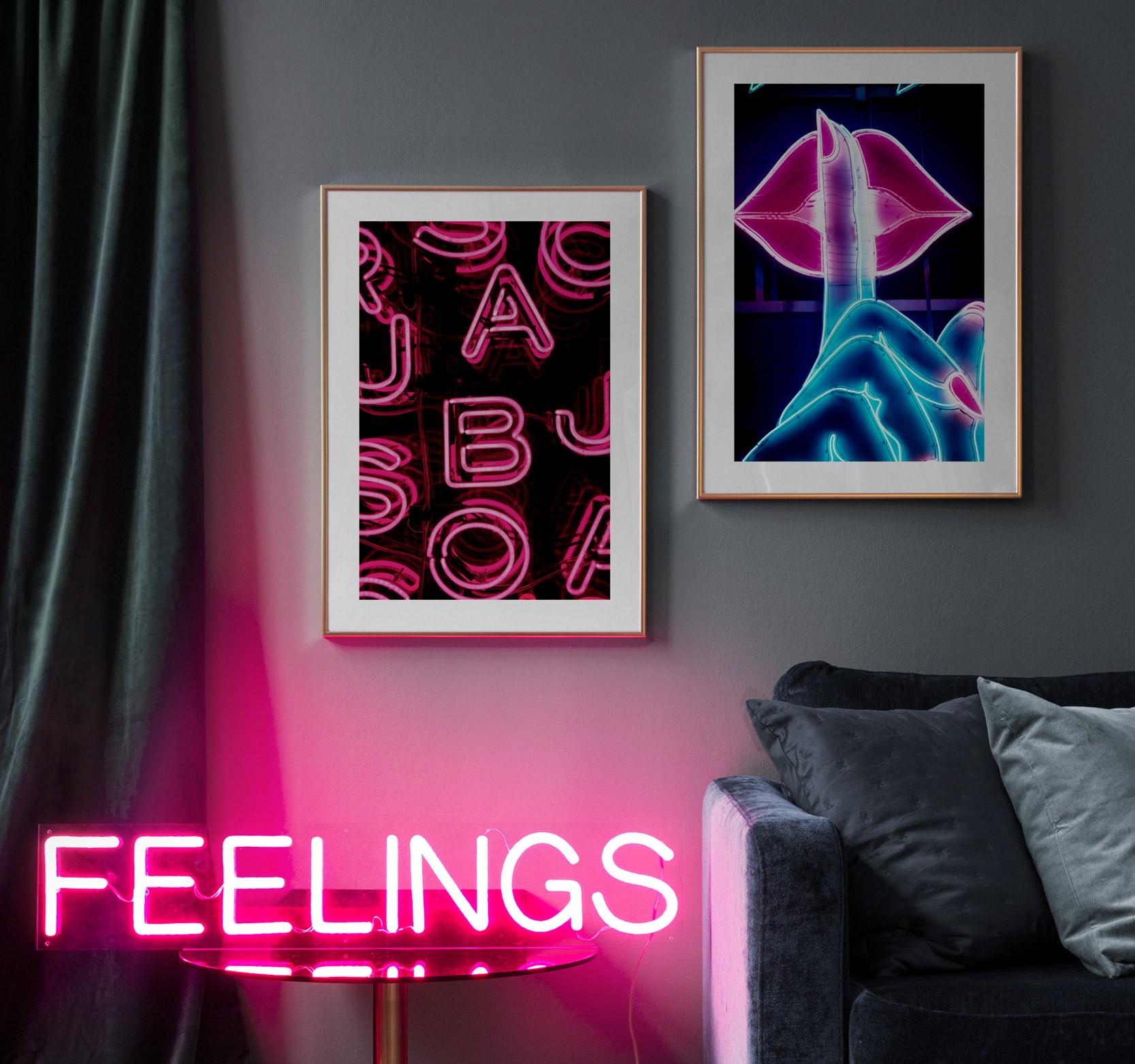 Trendigt tavelpar med foto av neonskyltar