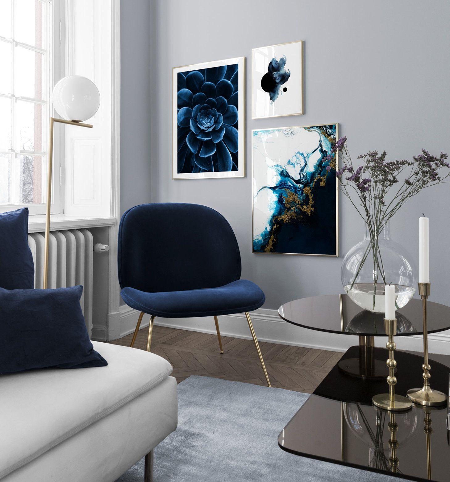 Blå inredning vardagsrum - abstrakta posters och stol från Gubi