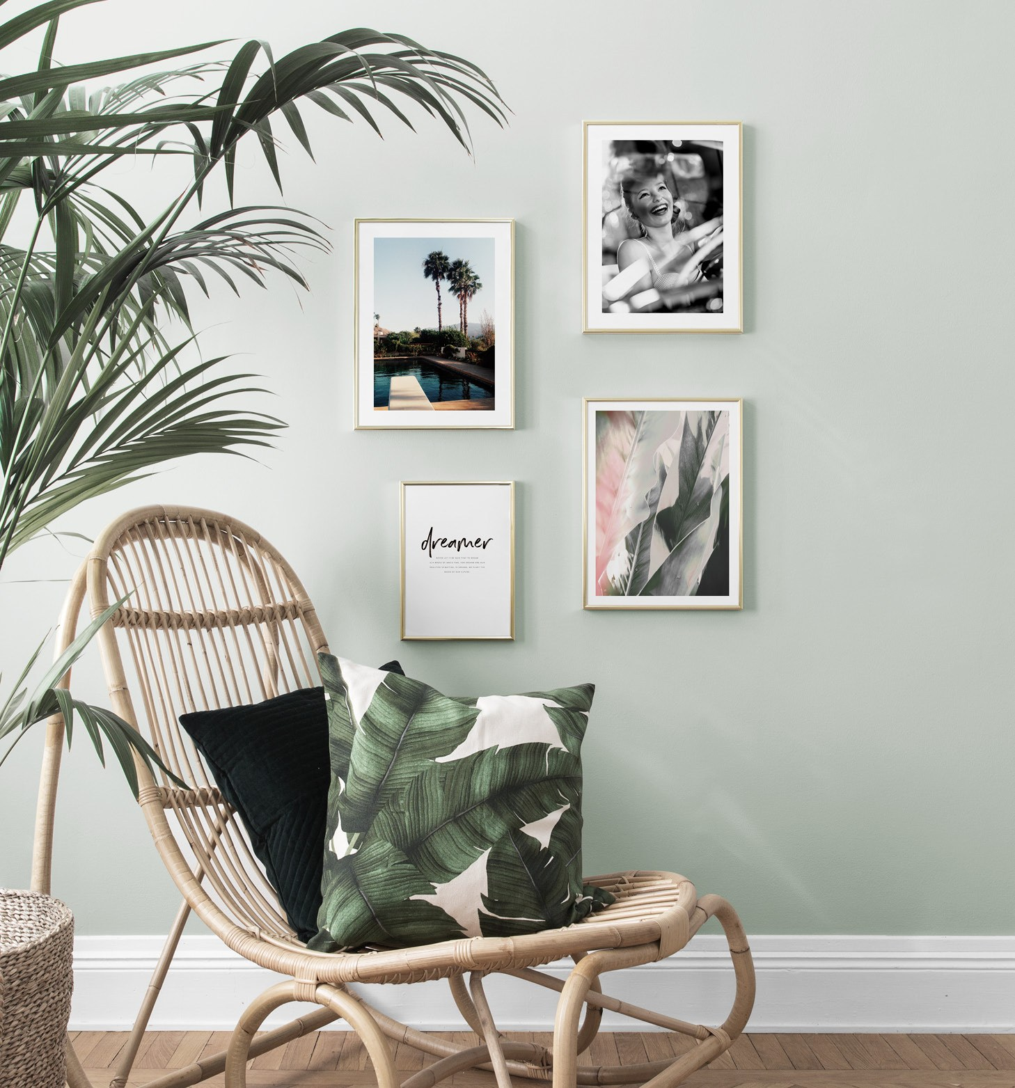 Ljusgrön väggfärg och rottingstol med retro tavlor