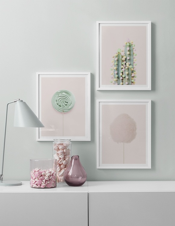 Inred med ljusgrön vägg och rosa planscher