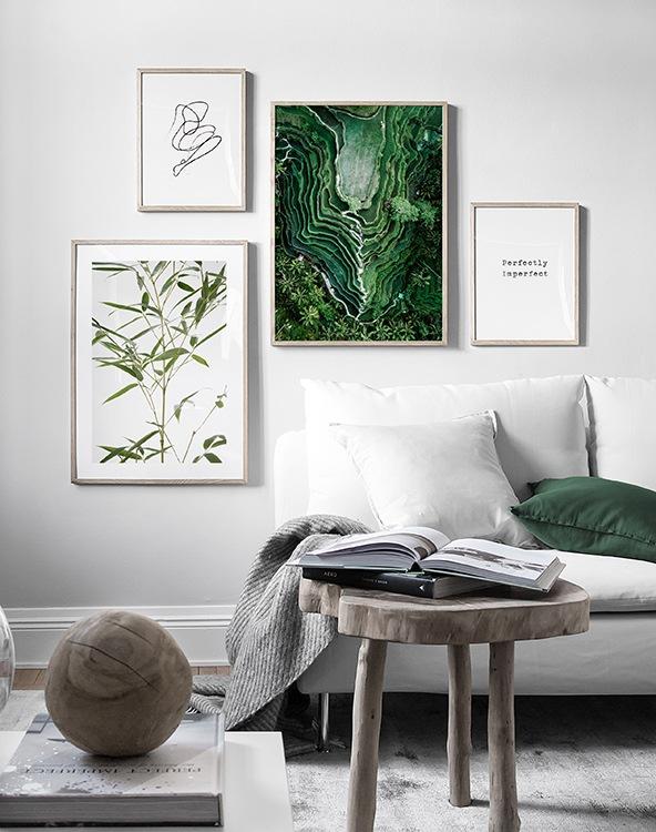 Harmoniskt vardagsrum med naturmaterial och grön tavelvägg