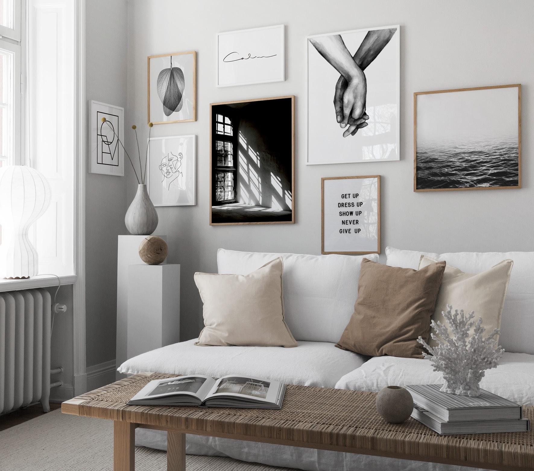 Inred minimalistiskt med beigea toner, svartvit tavelvägg