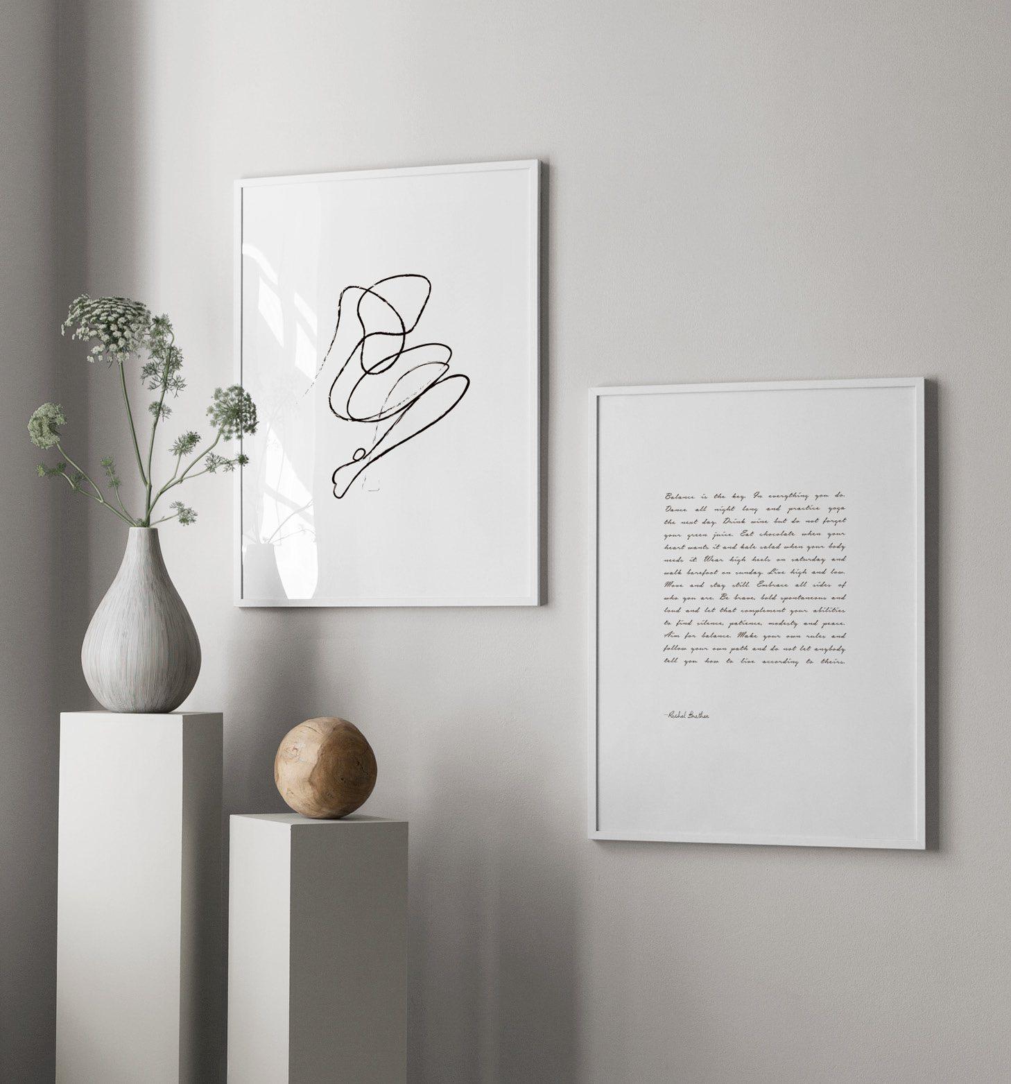 Ljus inredning med piedestal och minimalistisk konst
