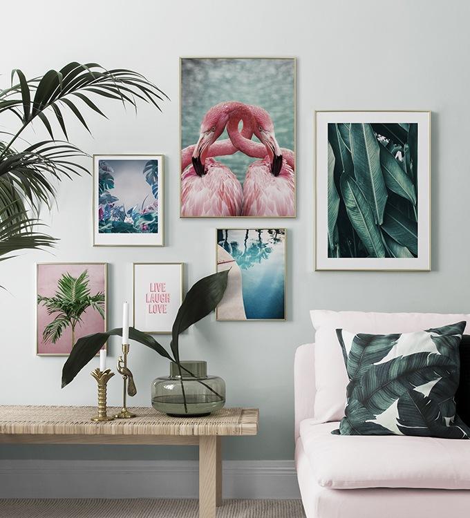 Härligt vardagsrum, tavelkollage med tropiska palmer och flamingo