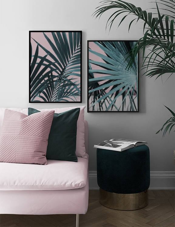 Elegant vardagsrum med tropiskt tema i grönt och rosa