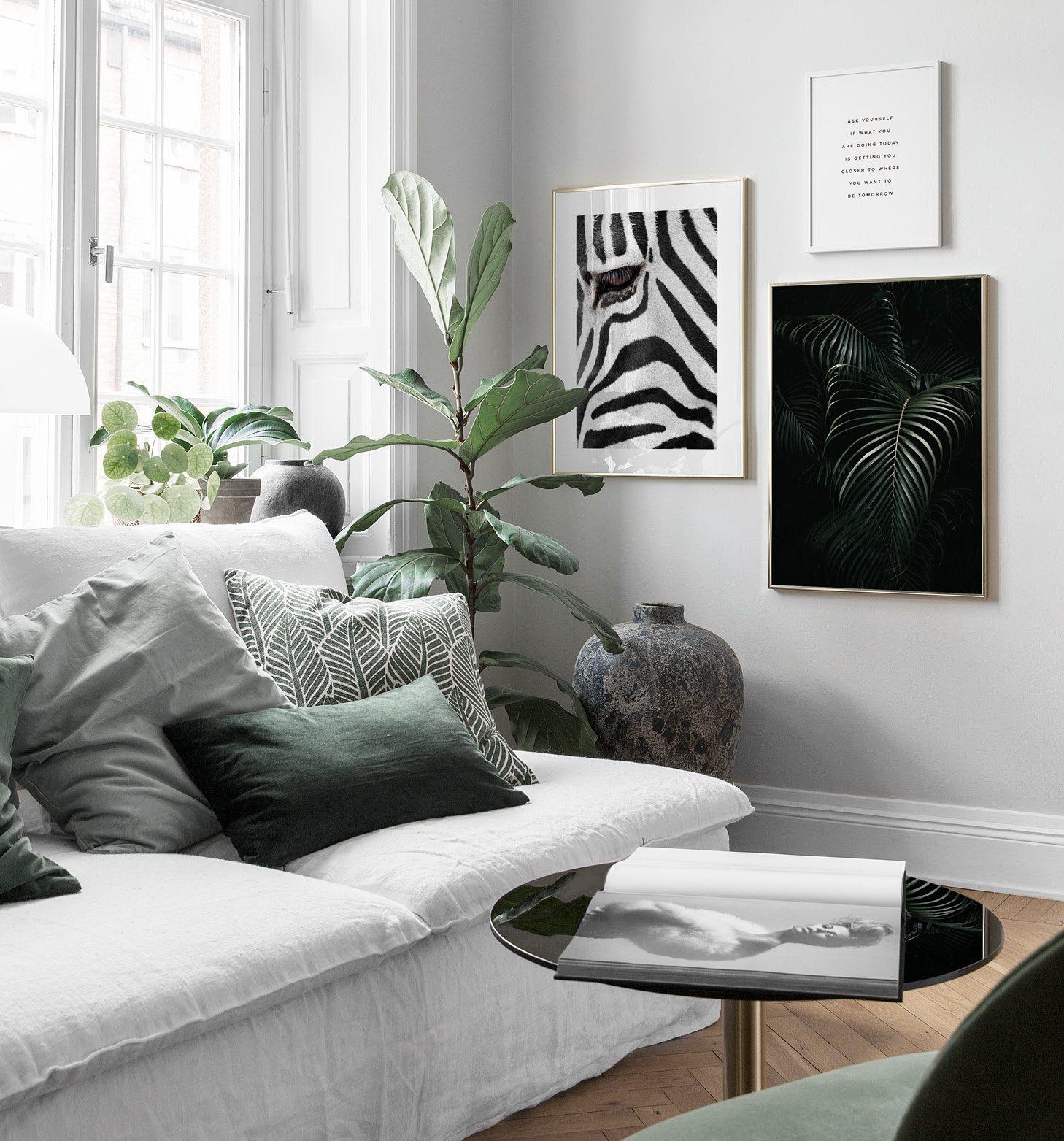 Grönt vardagsrum med tropiskt tema och djurposter