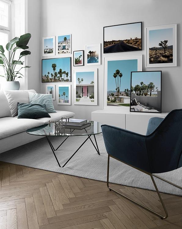 Modernt vardagsrum med tavelvägg på tema Palm Springs