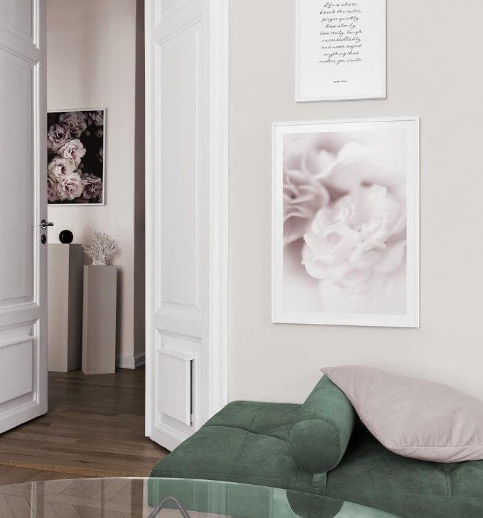 Botaniska posters och texttavlor till vardagsrum med grön dagbädd