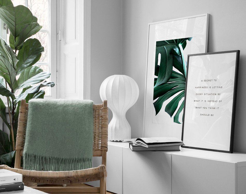 Grön harmonisk vardagsrumsinredning, botaniska tavlor