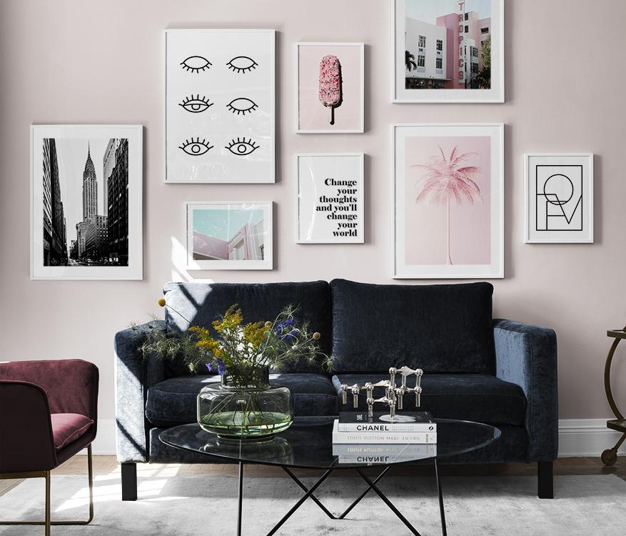 Lekfullt vardagsrum med rosa tavelvägg, poster med ögon