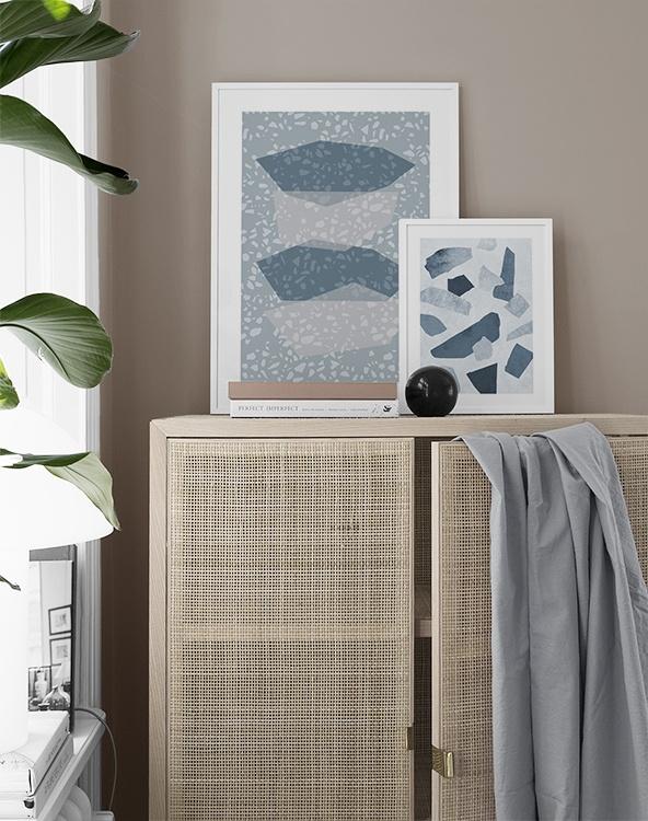 Inspiration vardagsrum med rottingskåp och posters med terrazzomönster