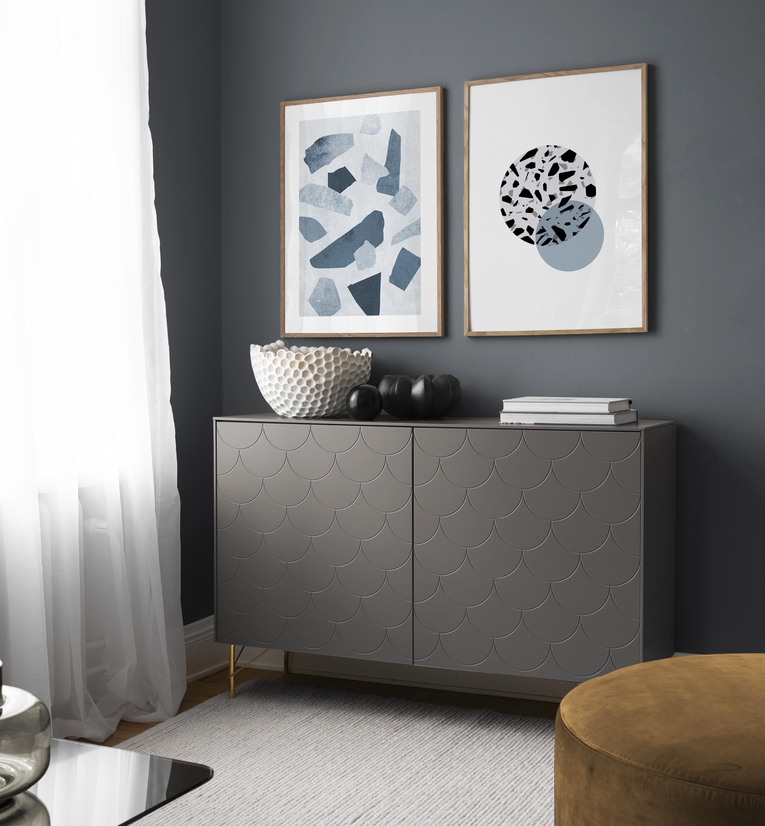 Tavlor med grafiska mönster i par, vardagsrum i blåa toner