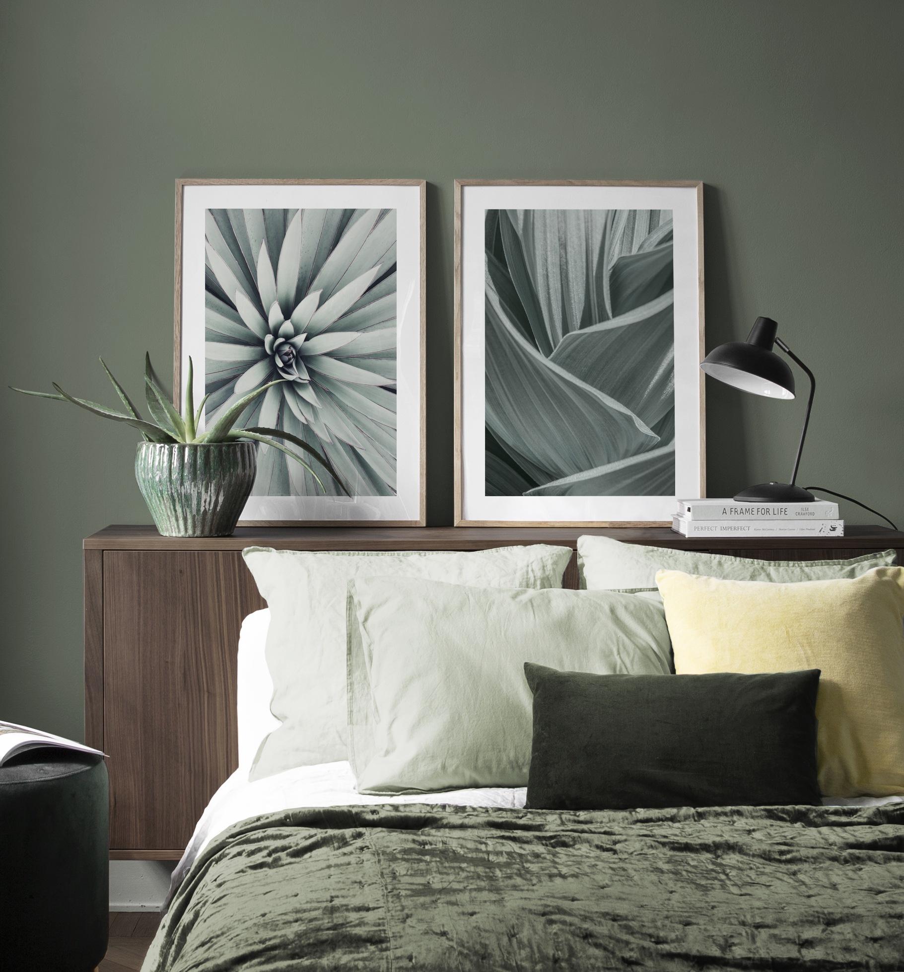 Mysig sovrumsinredning i grönt med tavlor av gröna löv