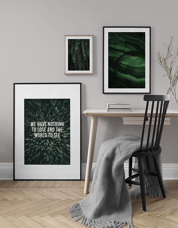 Smaragdgrön tavelvägg och posters