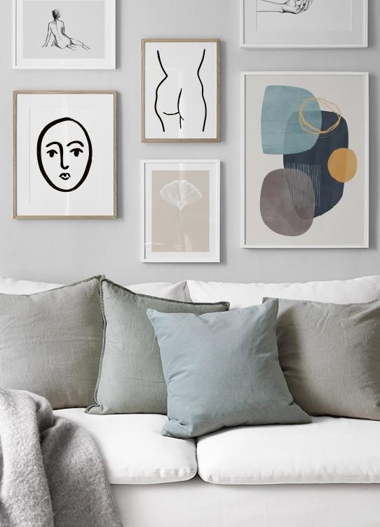 Vardagsrum med lugna färger, tavelkollage med linjekonst och abstrakta motiv