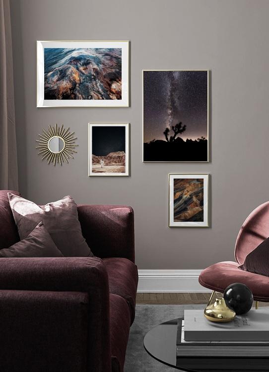 Mysigt vardagsrum med rymdposters