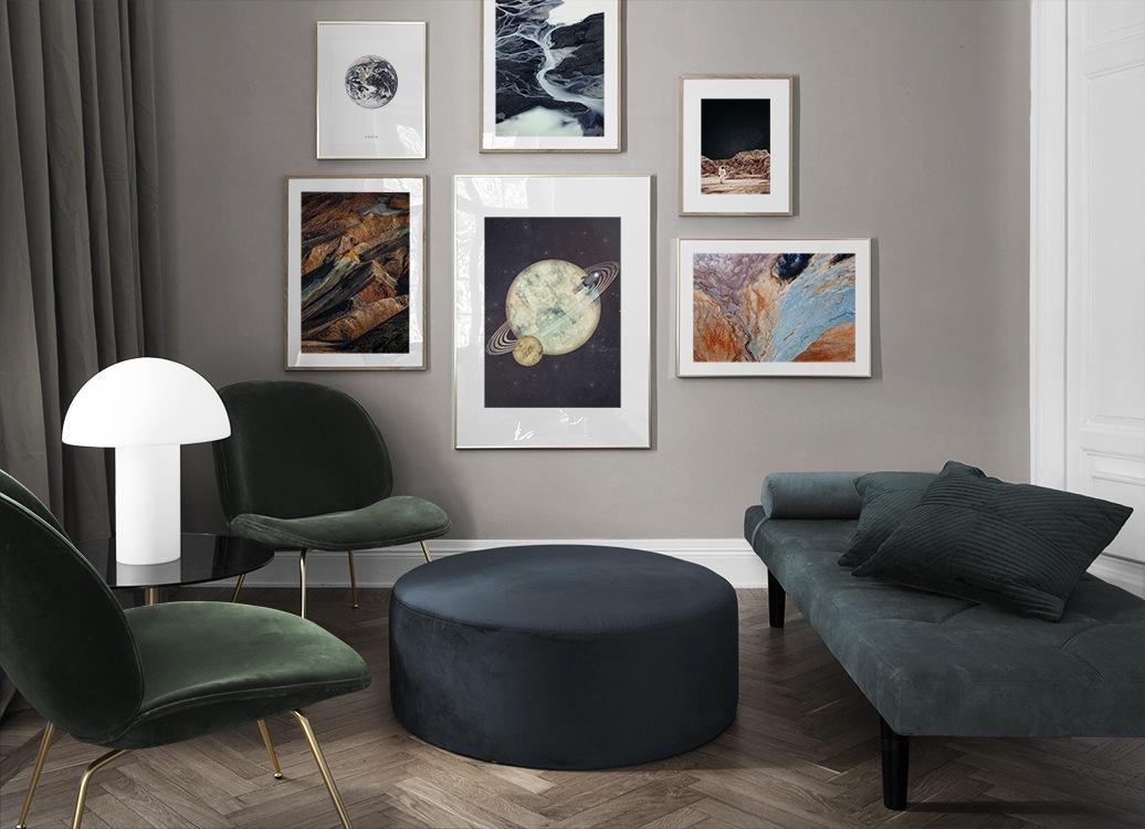 Stor tavelvägg i vardagsrum inspirerad av rymden
