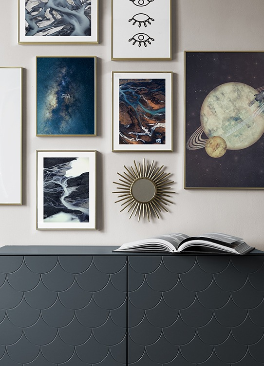 Stor tavelvägg, posters med planeter och fotografier från rymden