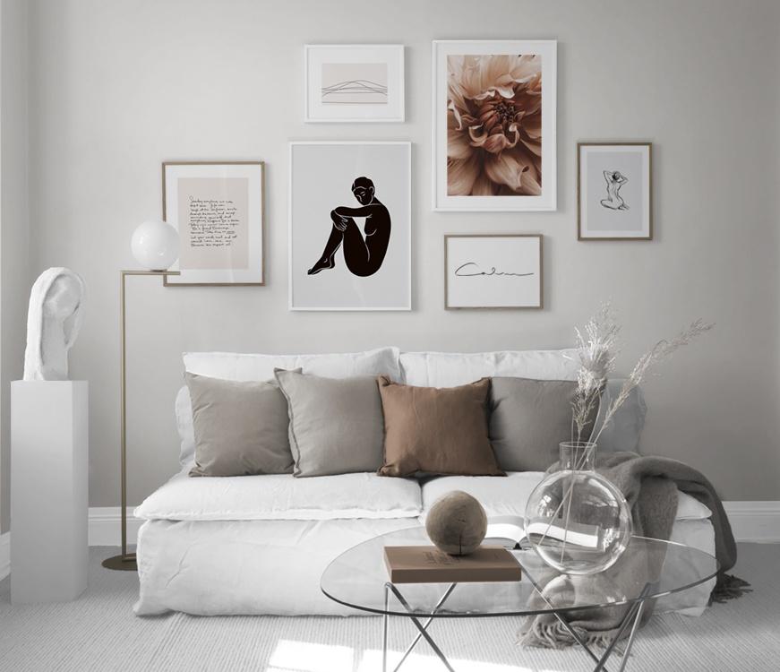 Inredningsinspo vardagsrum i dova toner, posters med grafiska illustrationer